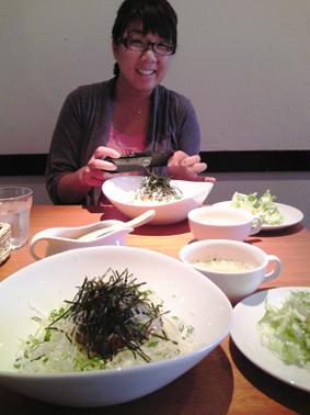 「ブログ用に」と料理の写真を撮る虷澤編集長を、ブログ用に撮りました