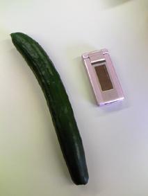 携帯と比べても大きさを伝えきれないですね。。
