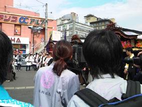 2日目、神輿渡御は町内を巡幸、つねにカメラがおっかけます
