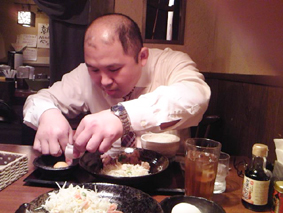 ランチにでた生卵を割る志村。「あら、殻がはいっちゃった」って。卵が割れない男ってどうよ?