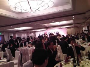 会場いっぱいの出席者、盛大な披露宴でした。